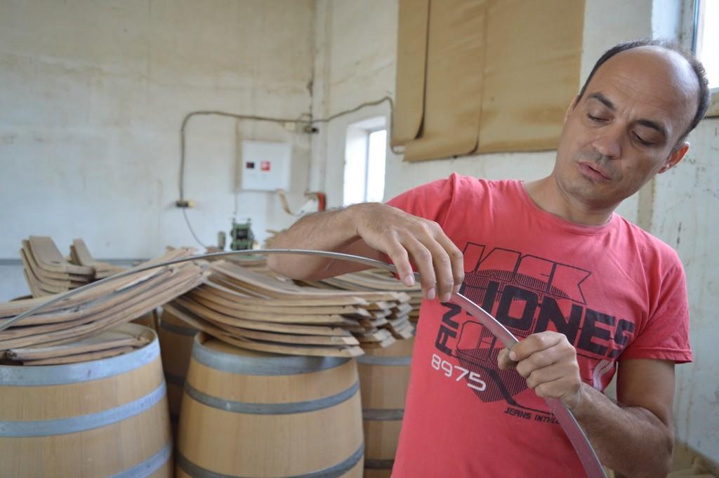 Най-добри бъчвите стават, ако дървесината е оставена да съхне три години, казва майсторът Кирил Кючюков