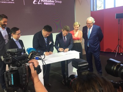 Главният изпълнителен директор на Vinexpo Guillaume Deglise и директорът на маркетплейс платформата за бързооборотни стоки Tmall Lei Zhao подписват меморандума.